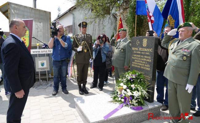 Otkriveno spomen obilježje za Šefika Pezerovića, prvog poginulog Bošnjaka branitelja u Domovinskom ratu